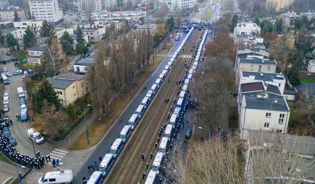 Забастовка женщин: дом председателя правящей партии от защищали 82 полицейские машины
