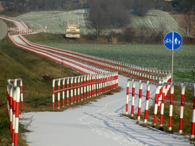 Trzebnica: zainstalowano barierki oddzielające ogrodzenia od chodnika, urzędnikom trochę głupio