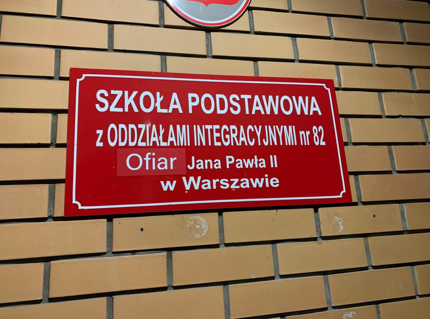 """Ktoś zmienia w Warszawie tablice ulic i szkół na """"ofiar Jana Pawła II"""""""