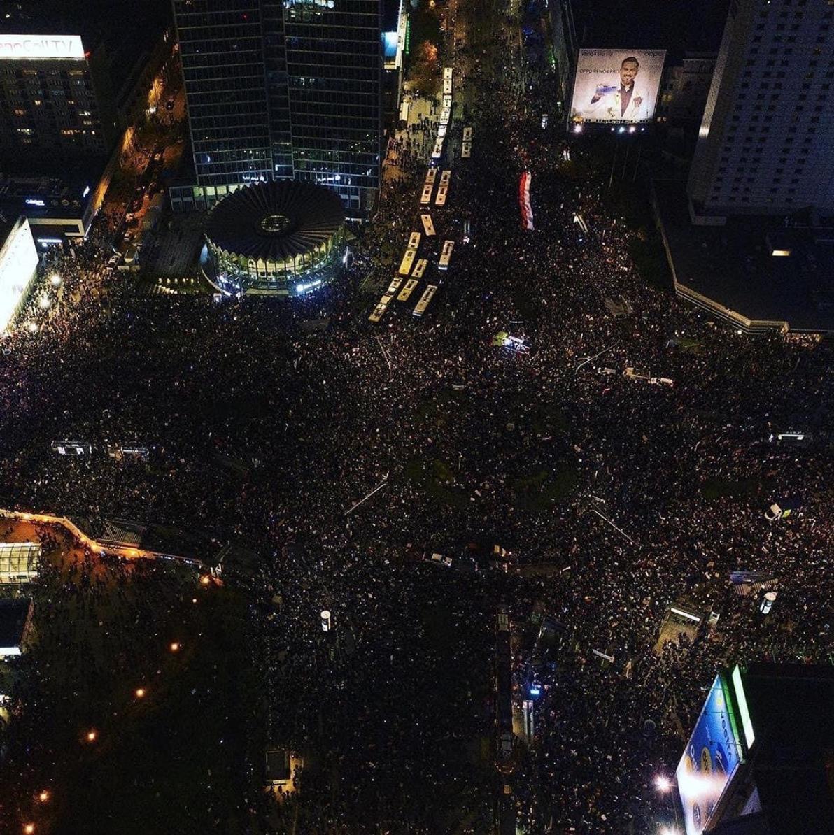 W Warszawie trwa ogromna demonstracja: atakują naziole, leci muzyka, relacje na cały świat i pewnie zakażenia